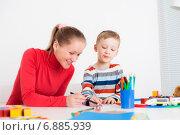 Мальчик дошкольник рисует с мамой за столом. Стоковое фото, фотограф Ольга Хорькова / Фотобанк Лори