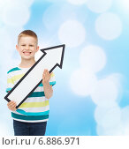 Купить «smiling little boy with blank arrow pointing right», фото № 6886971, снято 3 июня 2014 г. (c) Syda Productions / Фотобанк Лори