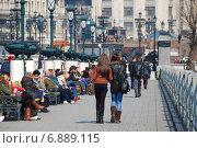 Купить «Люди гуляют на Манежной улице в Москве», эксклюзивное фото № 6889115, снято 3 апреля 2010 г. (c) lana1501 / Фотобанк Лори