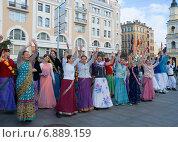 Купить «Кришнаиты танцуют на улице. Санкт-Петербург», эксклюзивное фото № 6889159, снято 7 октября 2012 г. (c) Александр Щепин / Фотобанк Лори