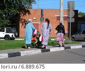 Купить «Местные жители восточной национальности гуляют с детьми в микрорайоне «1 Мая», Балашиха, Московская область», эксклюзивное фото № 6889675, снято 22 августа 2012 г. (c) lana1501 / Фотобанк Лори