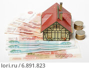 Купить «Деньги и модель загородного дома», эксклюзивное фото № 6891823, снято 13 января 2015 г. (c) Яна Королёва / Фотобанк Лори
