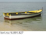 Лодка в воде около берега. Стоковое фото, фотограф Алексей Мальцев / Фотобанк Лори