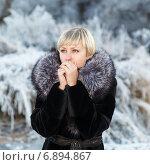 Купить «Женщина в шубе греет руки дыханием», фото № 6894867, снято 20 марта 2019 г. (c) Mikhail Starodubov / Фотобанк Лори