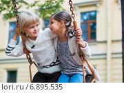 Мальчик с девочкой качаются на качелях. Стоковое фото, фотограф Мария Мороз / Фотобанк Лори