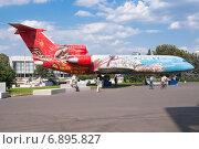 Купить «Самолет ЯК-42 на площади Промышленности ВДНХ», эксклюзивное фото № 6895827, снято 1 июля 2014 г. (c) Алёшина Оксана / Фотобанк Лори