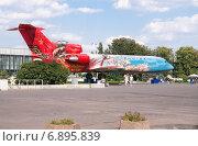 Купить «Самолет ЯК-42 на площади Промышленности ВДНХ», эксклюзивное фото № 6895839, снято 1 июля 2014 г. (c) Алёшина Оксана / Фотобанк Лори