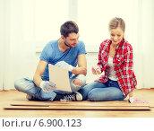 Купить «smiling couple measuring wood flooring», фото № 6900123, снято 26 января 2014 г. (c) Syda Productions / Фотобанк Лори