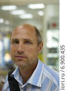 Купить «Портрет мужчины средних лет в помещении», эксклюзивное фото № 6900435, снято 13 июня 2013 г. (c) Елена Коромыслова / Фотобанк Лори