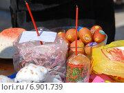 Купить «Пасхальный куличи и крашеные яйца, приготовленные для освящения», эксклюзивное фото № 6901739, снято 23 апреля 2010 г. (c) lana1501 / Фотобанк Лори