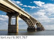 Купить «Автомобильный мост через реку Волгу, соединяющий города Саратов и Энгельс», эксклюзивное фото № 6901767, снято 15 сентября 2014 г. (c) Сергей Лаврентьев / Фотобанк Лори