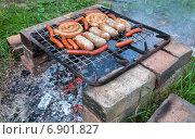 Купить «Приготовление аппетитных жареных колбасок на гриле», фото № 6901827, снято 14 августа 2018 г. (c) FotograFF / Фотобанк Лори