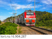 Купить «Грузовой поезд на повороте железной дороги», фото № 6904287, снято 14 августа 2018 г. (c) Светлана Кузнецова / Фотобанк Лори