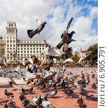 Купить «Doves at Catalonia Square in Barcelona», фото № 6905791, снято 12 сентября 2013 г. (c) Яков Филимонов / Фотобанк Лори