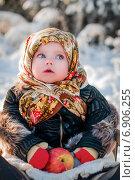 Купить «Малышка в русском платке», фото № 6906255, снято 19 января 2014 г. (c) Мария Мороз / Фотобанк Лори