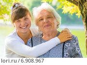 Молодая девушка обнимает бабушку. Портрет пожилой женщины с внучкой в осеннем парке. Стоковое фото, фотограф Константин Лабунский / Фотобанк Лори