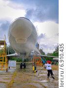Маленький мальчик моет большой самолет в музее (2008 год). Редакционное фото, фотограф Антон Довбуш / Фотобанк Лори