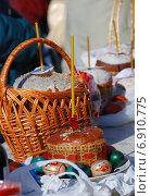 Купить «Праздничный стол с пасхальными куличами и крашеными яйцами», эксклюзивное фото № 6910775, снято 23 апреля 2010 г. (c) lana1501 / Фотобанк Лори