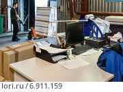 Рабочий с вилочным погрузчиком на складе (2011 год). Редакционное фото, фотограф Максим Блинков / Фотобанк Лори