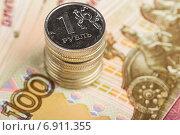 Купить «Один рубль на фоне сторублевой купюры», фото № 6911355, снято 16 декабря 2014 г. (c) Валерий Бочкарев / Фотобанк Лори