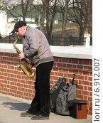 Купить «Уличный музыкант играет на саксофоне у кремля в Рязани», эксклюзивное фото № 6912007, снято 23 апреля 2011 г. (c) lana1501 / Фотобанк Лори