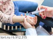 Купить «Врач делает прививку ребенку в руку», фото № 6912315, снято 28 декабря 2014 г. (c) Кекяляйнен Андрей / Фотобанк Лори