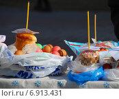 Купить «Пасхальный куличи и крашеные яйца, приготовленные для освящения», эксклюзивное фото № 6913431, снято 23 апреля 2010 г. (c) lana1501 / Фотобанк Лори