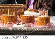 Купить «Пасхальные куличи и крашеные яйца, приготовленные для освящения. Рязанский кремль», эксклюзивное фото № 6914135, снято 23 апреля 2011 г. (c) lana1501 / Фотобанк Лори