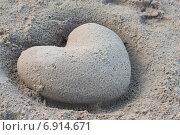 Купить «Сердце из песка», фото № 6914671, снято 28 мая 2018 г. (c) Лошкарев Антон / Фотобанк Лори