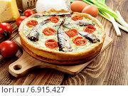 Купить «Открытый пирог с шпротами, помидорами и зеленым луком на разделочной доске», фото № 6915427, снято 20 января 2015 г. (c) Надежда Мишкова / Фотобанк Лори