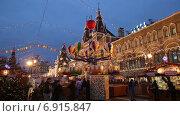 Купить «Ярмарка на Красной площади в Москве в новогодние праздники», видеоролик № 6915847, снято 21 января 2015 г. (c) Наталья Волкова / Фотобанк Лори