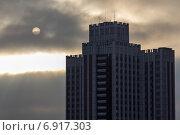 Купить «Фрагмент высотного здания на фоне темного неба», эксклюзивное фото № 6917303, снято 21 января 2015 г. (c) Юрий Шурчков / Фотобанк Лори