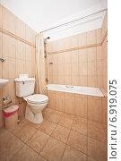 Купить «Интерьер ванной комнаты в бежевых тонах в отеле», фото № 6919075, снято 8 января 2015 г. (c) Darja Vorontsova / Фотобанк Лори