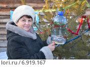 Женщина с кормушкой для птиц. Стоковое фото, фотограф Ольга Линевская / Фотобанк Лори