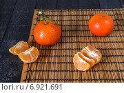 Мандарины в кожуре и без кожуры на циновке. Стоковое фото, фотограф Daodazin / Фотобанк Лори