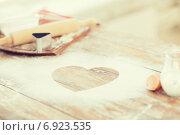 Купить «close up of heart of flour on wooden table at home», фото № 6923535, снято 21 января 2014 г. (c) Syda Productions / Фотобанк Лори