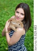 Купить «Симпатичная девушка держит рыжего кролика на улице», эксклюзивное фото № 6929483, снято 24 июля 2014 г. (c) Елена Коромыслова / Фотобанк Лори