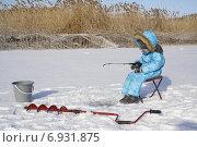 Зимняя рыбалка, ребёнок в синем комбинезоне сидит с удочкой над лункой. Стоковое фото, фотограф Ivanikova Tatyana / Фотобанк Лори