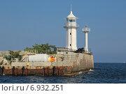 Купить «Белый маяк на набережной города Ялта, Республика Крым, Россия», фото № 6932251, снято 17 августа 2014 г. (c) Игорь Долгов / Фотобанк Лори