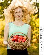 Купить «Красивая девушка с корзиной яблок», фото № 6932715, снято 20 сентября 2009 г. (c) Мария Разумная / Фотобанк Лори