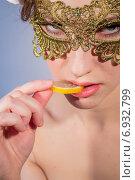 Купить «Портрет соблазнительной девушки, которая ест мармелад», фото № 6932799, снято 4 марта 2014 г. (c) Наталья Степченкова / Фотобанк Лори