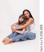 Купить «Мама с дочерью-подростком сидят в обнимку», фото № 6936899, снято 20 октября 2014 г. (c) Альбина Типляшина / Фотобанк Лори