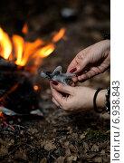 Женские руки лепят из воска человеческую фигуру в лесу на фоне пламени костра, кукла вуду. Стоковое фото, фотограф Андрей Шарашкин / Фотобанк Лори