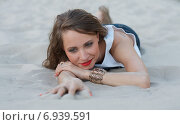Девушка лежит на песке. Стоковое фото, фотограф Evhen Marienko / Фотобанк Лори