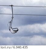 Купить «Кресельный подъемник и серое пасмурное небо», фото № 6940435, снято 21 февраля 2014 г. (c) Анна Полторацкая / Фотобанк Лори