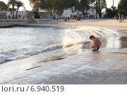 Купить «Девочка играет на набережной Тежу. Лиссабон, Португалия», фото № 6940519, снято 26 октября 2014 г. (c) Мария Николаева / Фотобанк Лори