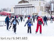 Купить «Посетители ледового катка ВДНХ во время катания на льду. Москва», фото № 6941683, снято 5 января 2015 г. (c) Кекяляйнен Андрей / Фотобанк Лори