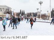 Купить «Люди на льду катка в ВДНХ, выходной день. Москва», фото № 6941687, снято 5 января 2015 г. (c) Кекяляйнен Андрей / Фотобанк Лори
