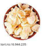 Купить «Картофельные чипсы  в коричневой миске на белом фоне», фото № 6944235, снято 2 января 2015 г. (c) Литвяк Игорь / Фотобанк Лори