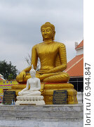 Купить «Будда при входе в музей на территории храма Wat Thewa Sangkharam, Канчанабури, Таиланд», фото № 6944847, снято 11 января 2015 г. (c) Natalya Sidorova / Фотобанк Лори